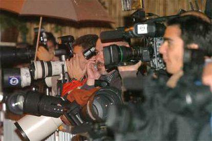 Los reporteros aguantan bajo la lluvia la espera de la noticia del alumbramiento de la princesa.