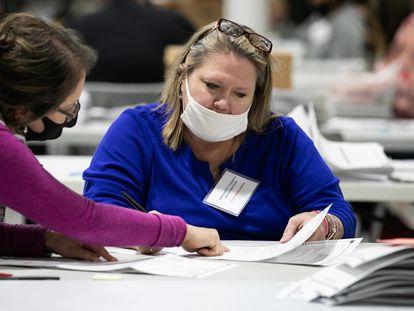Trabajadores electorales revisan este domingo las papeletas en la Oficina de Elecciones y Registros de Votantes de Gwinnett en Lawrenceville, Georgia.