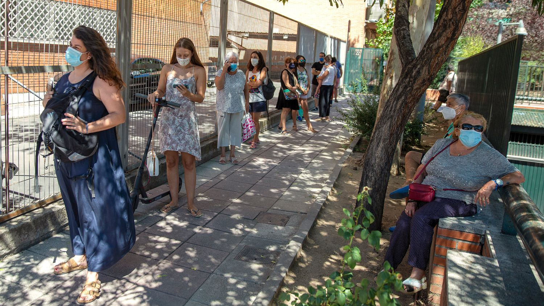 Personas hacen cola este viernes para hacerse una PCR en un centro de salud en Alcobendas (Madrid).