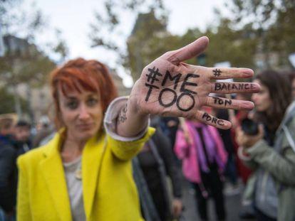 Una mujer en octubre de 2017 durante una protesta en París contra la violencia de género y el acoso.