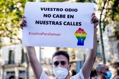 Un manifestante, durante una protesta por el asesinato de Samuel en Barcelona, el pasado 22 de julio.