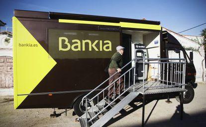 Autobús intinerante de Bankia, en Titulcia, donde el banco cerró su oficina.