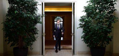 Mariano Rajoy cruza una puerta en La Moncloa.