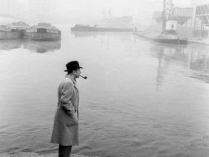 Georges Simenon, con su mítica pipa junto a los canales navegables de Milán, en los años cincuenta.