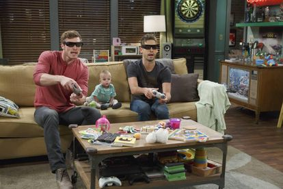 Derek Theler (Danny) y Jean-Luc Bilodeau (Ben) en la serie 'Papá canguro'. El bebé se entretiene con la pantalla. Otro error.