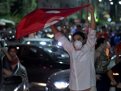 Los tunecinos salen a celebrar el anuncio del presidente Kais Saied de disolver el Parlamento y cesar al primer ministro Hichem Mechichi.