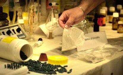 El mercado de la droga se reinventa constantemente y en algunas incautaciones, en la imagen una en Valencia, se hallan nuevas sustancias aún sin regular. / Tania Castro