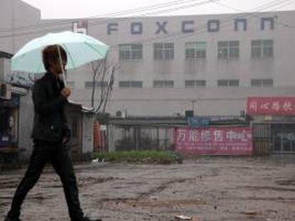 Un hombre camina junto al complejo empresarial Foxconn, en Kunshan, en la provincia china de Jiangsu. EFE/Archivo