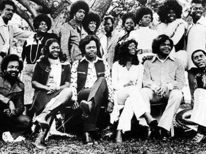 Edwin Hawkins (en primera fila, en el centro), con los Edwin Hawkins Singers.