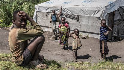 Niños de la aldea congoleña de Mutaho, localizada a pocos kilómetros al norte de la ciudad congoleña de Goma, noreste de la República Democrática del Congo (RDC), descansan cerca de una tienda humanitaria de la Agencia de la ONU para los Refugiados (Acnur). <b>Pincha en la imagen para ver toda la fotogalería.</b>
