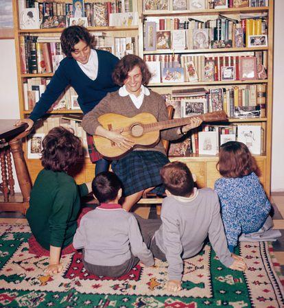 Carmen Laforet toca la guitarra rodeada de sus hijos, en 1963.
