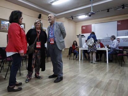 Votación de las primarias del PSOE  en la agrupación de Puente de Vallecas.