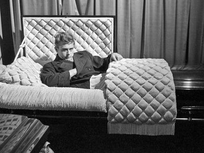 Uno de los retratos de James Dean realizados por Dennis Stock en un ataúd en Fairmont (Indiana), en febrero de 1955, siete meses antes de morir.
