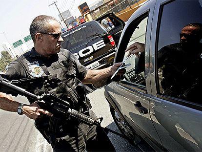 Un policía revisa los documentos de un conductor, el jueves en São Paulo.