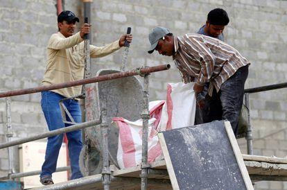 Trabajadores asiáticos, este agosto, en la construcción de un edificio en Riad.