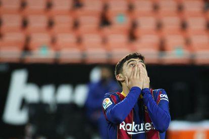 Pedri se lamenta de una ocasión fallada ante el Valencia.