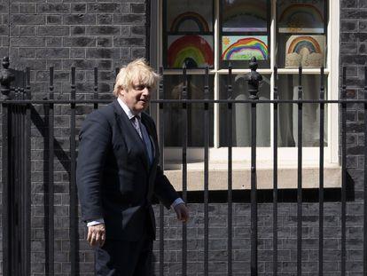 El primer ministro del Reino Unido, Boris Johnson, este viernes enfrente de su residencia en Downing Street.