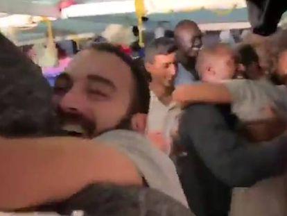 La tripulación y los migrantes rescatados celebrán la noticia de que van a atracar en Lampedusa. En vídeo, la secuencia completa.