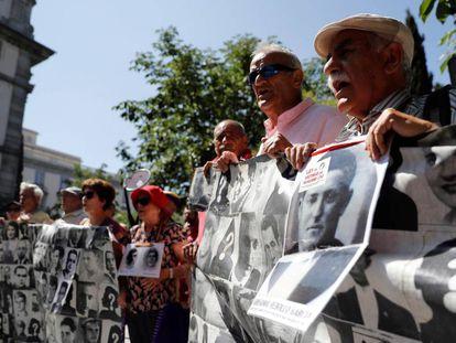 Concentración de colectivos que forman la campaña NiValleNiAlmudena, este miércoles tras la suspensión de la exhumación de Franco.