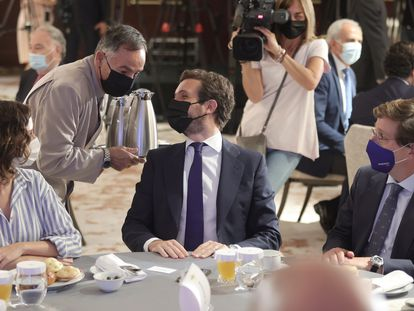 El líder del PP, Pablo Casado (en el centro), acompañado de la presidenta de la Comunidad de Madrid, Isabel Díaz Ayuso, y el alcalde de la capital, José Luis Martínez-Almeida, en el desayuno informativo del Fórum Europa, en Madrid.