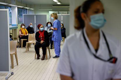 Vacunación con AstraZenca en un hospital de Melun, a las afueras de París (Francia).