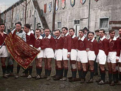 Selección de fútbol de la URSS en 1926. La foto fue coloreada posteriormente.