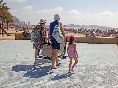 Un grupo de turistas llegan a una playa de Alicante, el pasado 2 de julio.