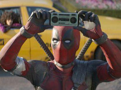 Ryan Reynolds presenta la secuela de su violento y descarado superhéroe para adultos antes de que se cierre la venta de Fox