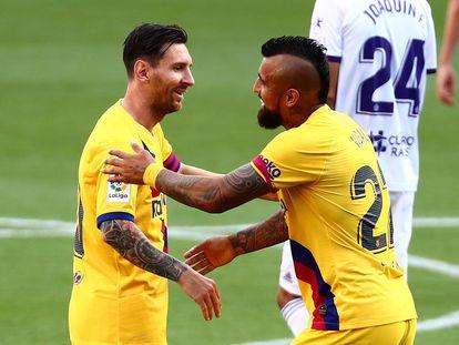 Arturo Vidal celebra su gol con Messi.