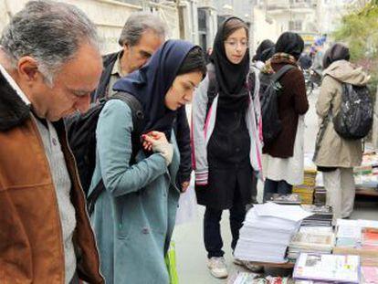 Un grupo de iraníes leen las noticias sobre el acuerdo nuclear, el pasado noviembre en un kiosco de Teherán.