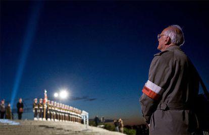 Un veterano polaco de la II Guerra Mundial presencia la ceremonia de recuerdo ante el monumento a los defensores de Westerplatte, en la ciudad polaca de Gdansk.