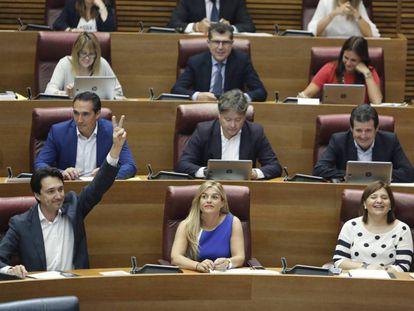 Eva Ortiz, en el centro, junto a la presidenta del PP, Isabel Bonig, en un pleno de las Cortes.