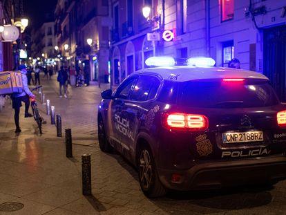 Una patrulla de la Policía Nacionalpor la, s calles de Madrid para controlar los aforos y el distanciamiento social en la zona de bares de copas.