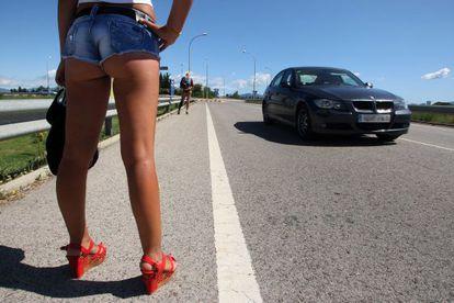 Los Mossos d'Esquadra sancionarán a partir de esta semana a prostitutas y clientes en las carreteras catalanas.
