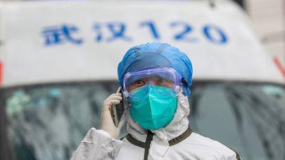 Una enfermera habla por teléfono en la provincia de Hubei, en el centro de China, a finales de enero