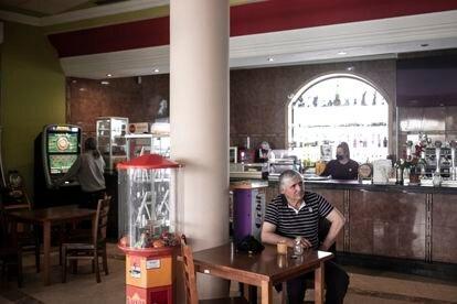 Los dos clientes y la única camarera del Hotel-Restaurante Atalaya sobre la carretera de Valencia este lunes