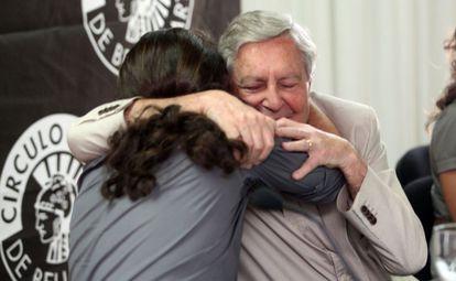 Carlos Jiménez Villarejo abraza a Pablo Iglesias en un acto celebrado en julio de 2014 en Madrid.