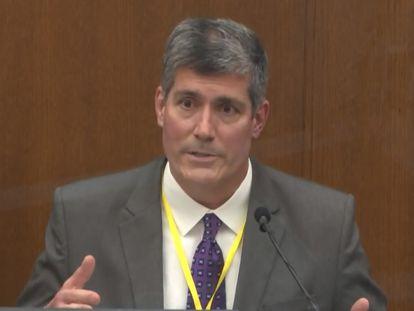 El médico forense Andrew Baker testifica en el juzgado del condado de Hennepin, Minneapolis.