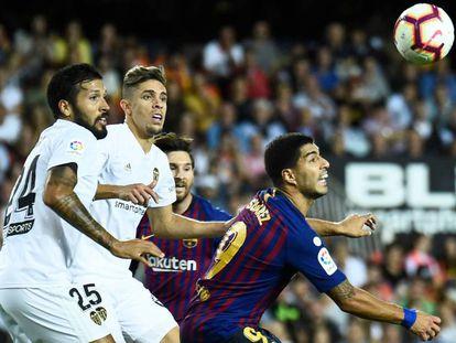 Suárez pugna por el balón ante Gabriel y Garay.