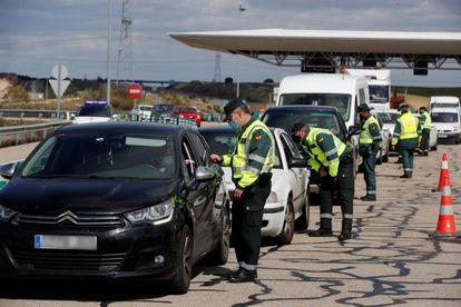 Control policial instalado en la R-5, en Madrid, para vigilar la circulación de vehículos en los puentes festivos de San José y Semana Santa.