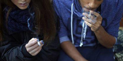Dos menores fuman junto en la plaza de San Andrés, en pleno centro de Madrid.