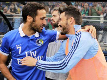 Raúl y David Villa se saludan antes del partido