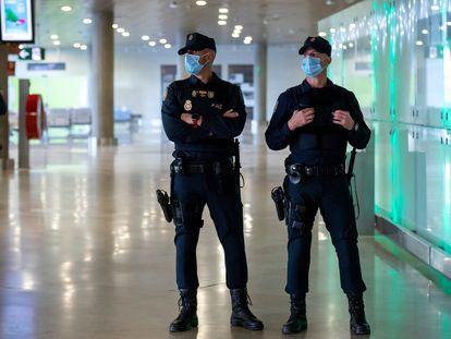 Agentes de la Policía Nacional en el aeropuerto de Manises, en Valencia, donde se han reforzado los controles.