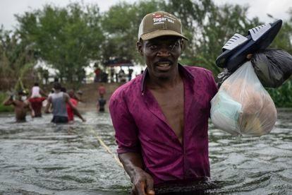 Un hombre cruza el río Bravo desde Ciudad Acuña (Coahuila) hacia Del Río (Texas) tras comprar alimentos para llevar al campamento bajo el puente.