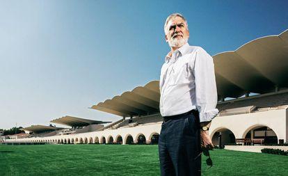 Martín Domínguez Ruz, ante las tribunas del Hipódromo de la Zarzuela, obra de su padre, Arniches y Torroja.