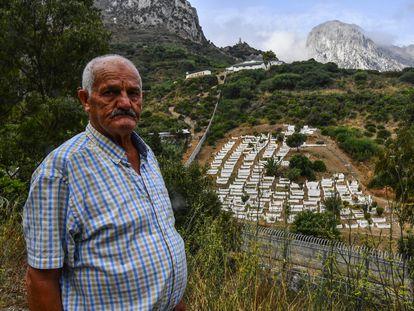 Ahmed, de 80 años, mira desde Ceuta hacia el cementerio de Benzú (Marruecos), donde están sus familiares, y que no puede visitar porque la frontera está cerrada.