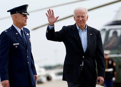 El presidente de Estados Unidos, Joe Biden, saluda antes de subir al Air Force One, este miércoles en Maryland, Estados Unidos.