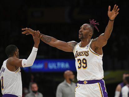 Dwight Howard, durante un partido de pretemporada de los Lakers, junto a Ellington.