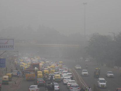 Nube tóxica de aire contaminado en Nueva Delhi, este domingo.