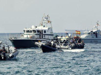 Patrulleras de la Guardia Civil y lanchas de la policía británica durante una manifestación de pesqueros en Gibraltar, el pasado agosto.